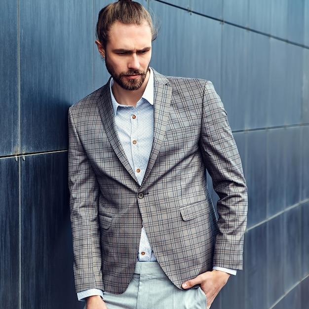 Gut aussehender mann im grauen karierten anzug Kostenlose Fotos