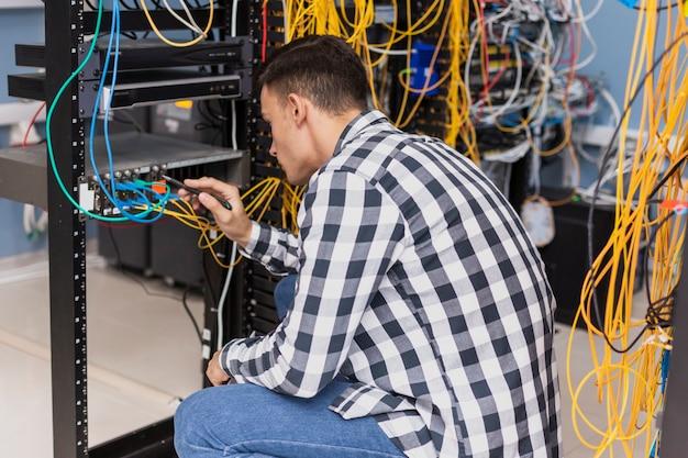 Gut aussehender mann im serverraum Premium Fotos
