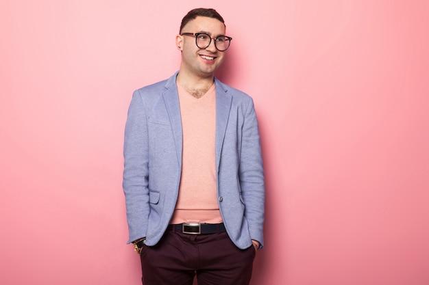Gut aussehender mann in der hellen jacke Premium Fotos