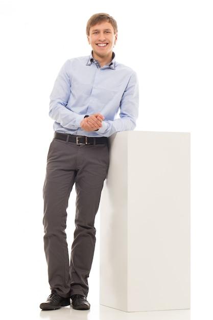 Gut aussehender mann in einem hemd Kostenlose Fotos