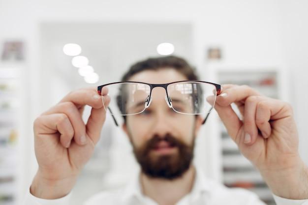 Gut aussehender mann in einem optikshop Kostenlose Fotos