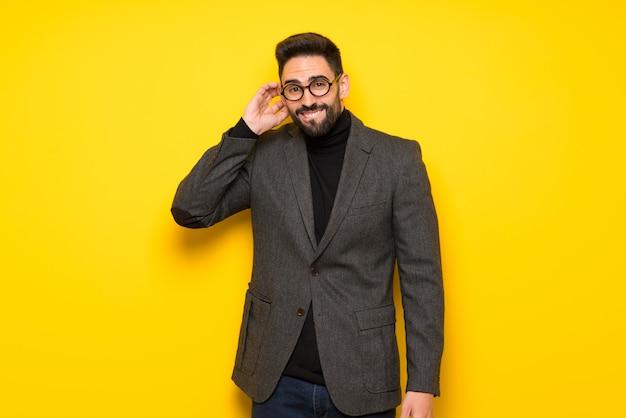 Gut aussehender mann mit den gläsern, die zweifel haben Premium Fotos