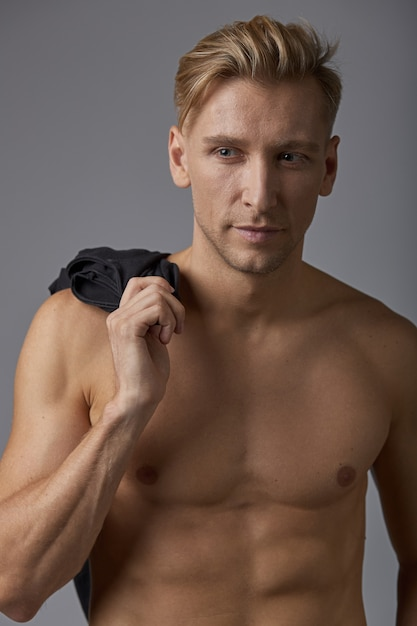 Gut aussehender mann mit nacktem oberkörper | Kostenlose Foto