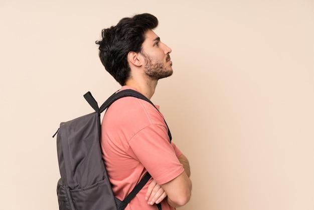 Gut aussehender mann mit rucksack Premium Fotos