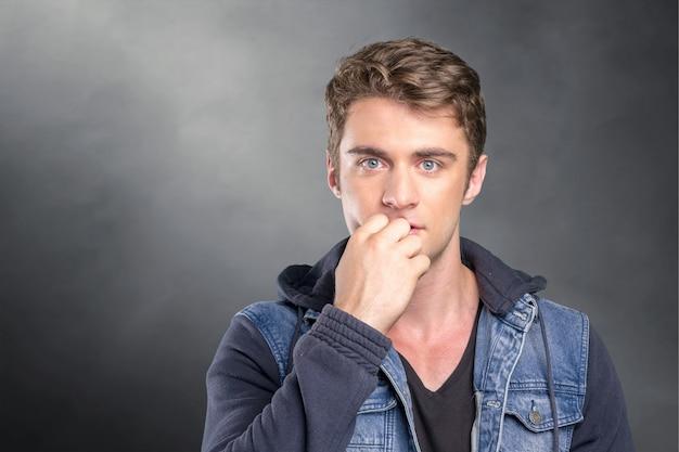 Gut aussehender mann sehr müde, besorgt und unglücklich lokalisiert auf hintergrund Premium Fotos
