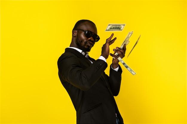 Gut aussehender mann streut geld und sieht egoistisch aus Kostenlose Fotos