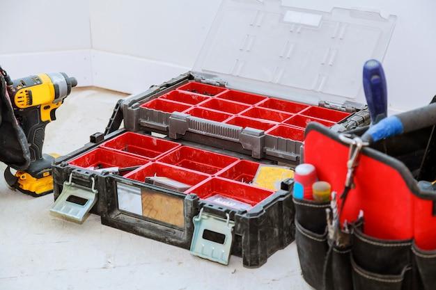 Gut benutzte alte werkzeuge und roter werkzeugkasten Premium Fotos