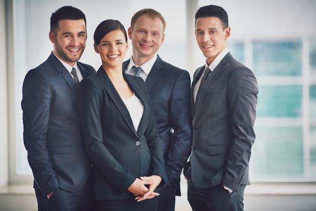 Gut gekleidete geschäftsleute im büro Kostenlose Fotos