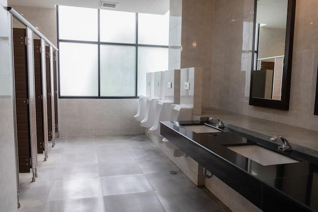 Gut gestaltete öffentliche toiletten moderner stil und sauber Premium Fotos