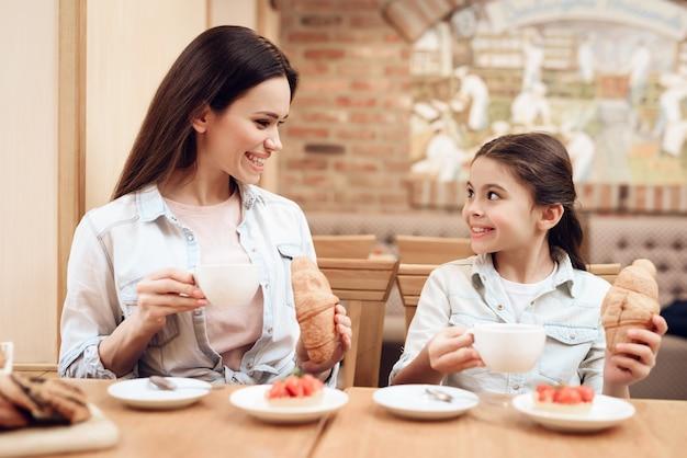 Gute glückliche familie. zusammen essen im cafe. Premium Fotos