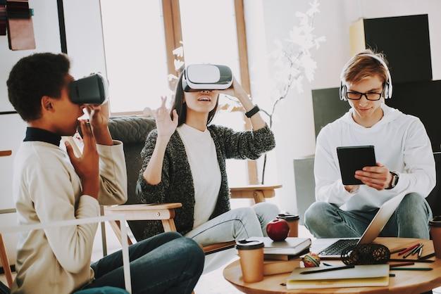 Gute laune bei der arbeit mit brillen virtuell. Premium Fotos