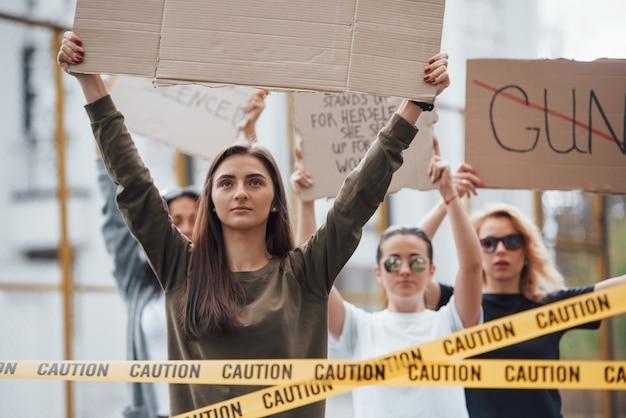 Guten tag für eine demonstration. eine gruppe feministischer frauen protestiert im freien für ihre rechte Kostenlose Fotos