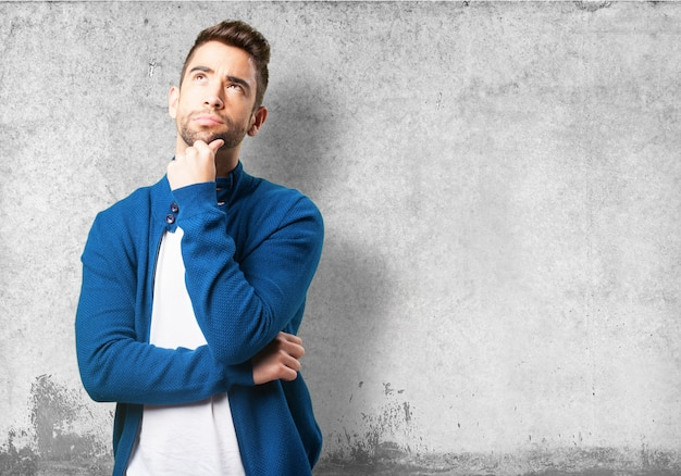 Guy in einer blauen jacke denken Kostenlose Fotos