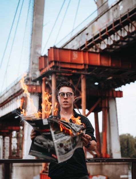 Guy liest eine brennende zeitung Kostenlose Fotos