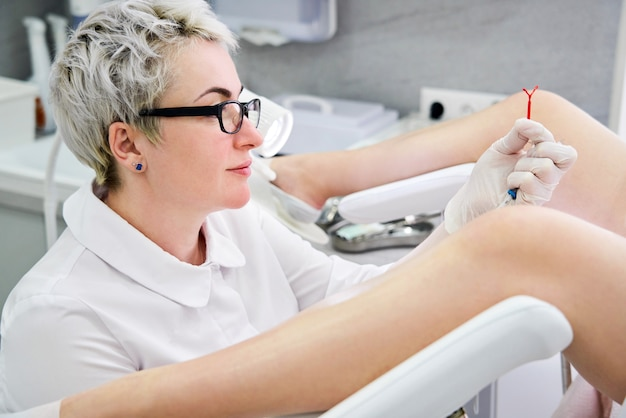 Gynäkologe hält ein iup-empfängnisverhütungsgerät in der hand, bevor er es für patienten verwendet Premium Fotos