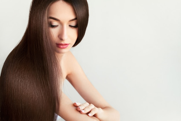 Haar schöne frau mit dem gesunden langen haar Premium Fotos