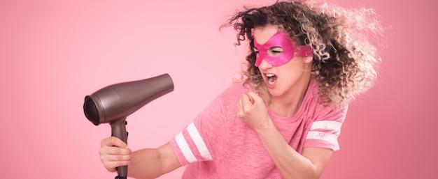 Haarpflege, süße frau mit fön in der hand Kostenlose Fotos