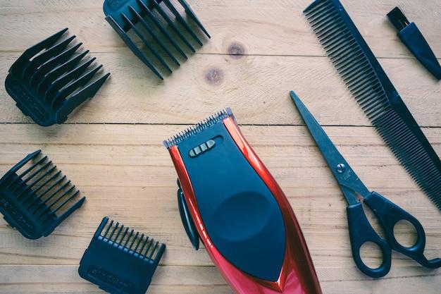 Haarscherer eingestellt auf hölzernen hintergrund Premium Fotos