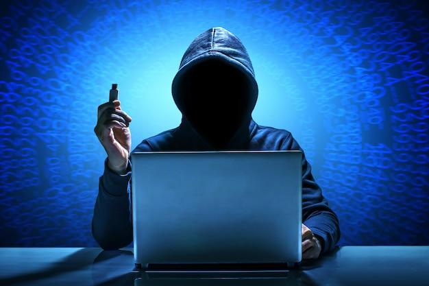 Hacker, der laptop verwendet. das internet hacken. Premium Fotos