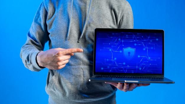 Hacker, der laptopschablone darstellt Kostenlose Fotos