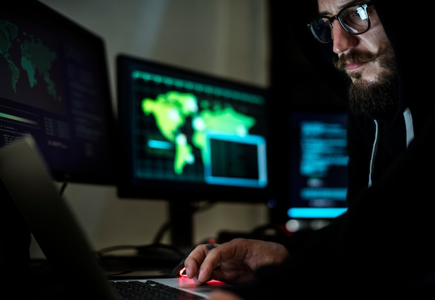 Hacker, der unter verwendung des computers mit codes arbeitet Premium Fotos