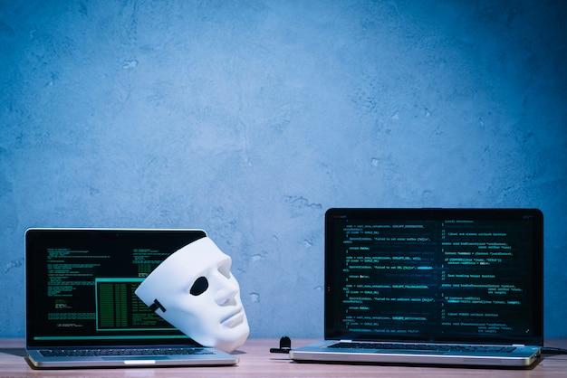 Hacker maske und laptop Kostenlose Fotos