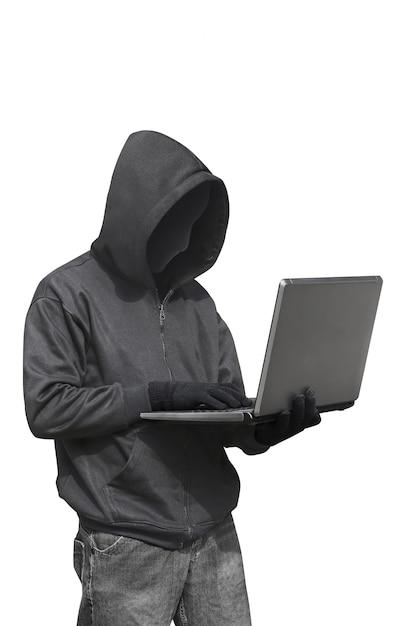 Hacker mit anonymer maske mit laptop im stehen Premium Fotos