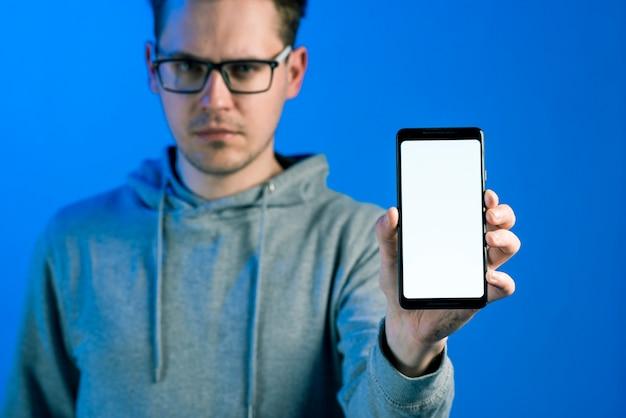 Hacker präsentiert smartphone-vorlage Kostenlose Fotos