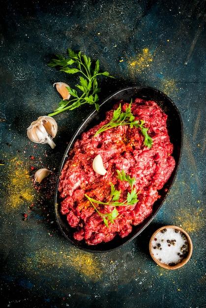 Hackfleisch mit gewürzen und frischen kräutern zum kochen Premium Fotos