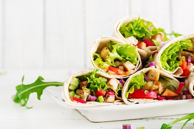 Hähnchen-burrito. gesundes mittagessen. mexikanische street food fajita tortilla wraps mit gegrilltem hähnchenfilet und frischem gemüse. Premium Fotos