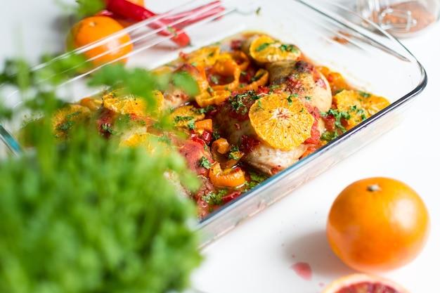 Hähnchenschenkel mit tomaten, paprika und orangen Kostenlose Fotos