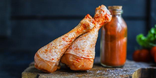 Hähnchenschenkel roher paprika grill gegrilltes fleisch geflügel Premium Fotos