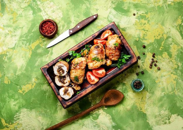 Hähnchenschnitzel mit champignons Premium Fotos