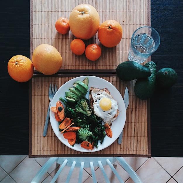 Hähnchensteak mit ei, spinat, brokkoli und avocado Kostenlose Fotos
