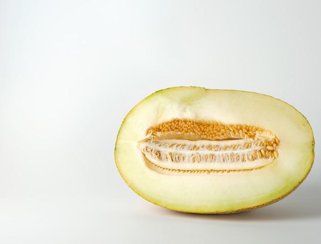 Hälfte der reifen gelben melone mit den samen lokalisiert Premium Fotos
