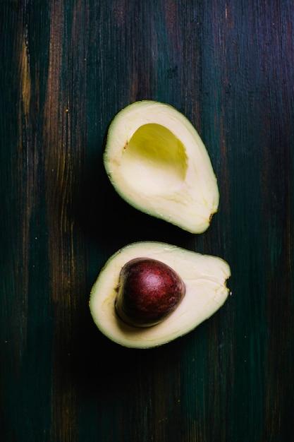 Hälften der avocado auf einer draufsicht des schneidebretts Kostenlose Fotos