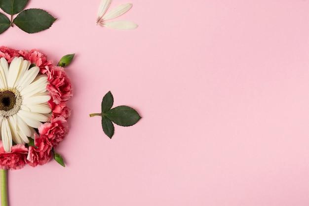 Hälften von blumen mit rosa kopienraumhintergrund Kostenlose Fotos