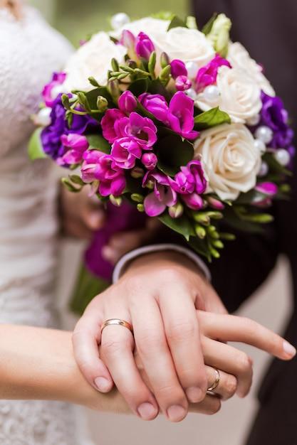 Händchenhalten von braut und bräutigam Premium Fotos