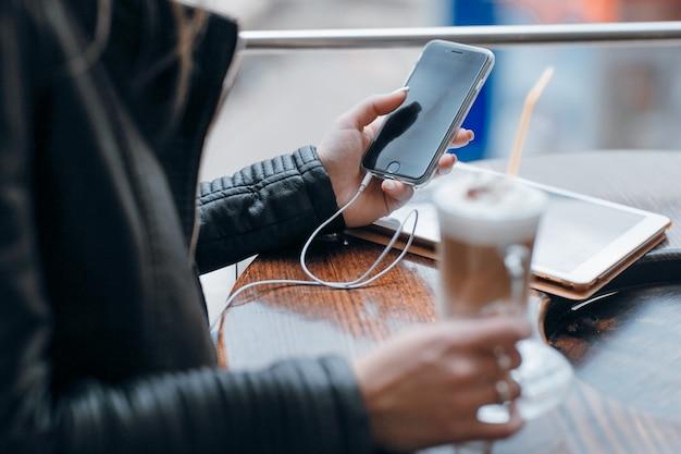 Hände der frau auf einem mobiltelefon suchen Kostenlose Fotos