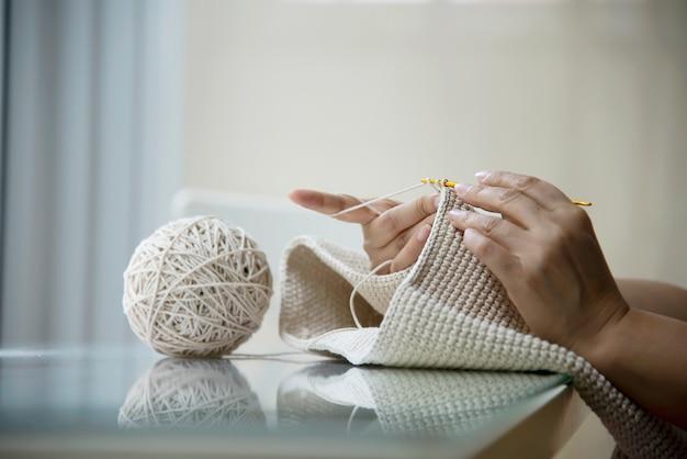 Hände der frau, die nach hause stricken arbeit erledigen Kostenlose Fotos
