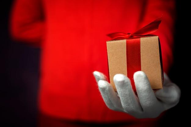 Hände der frau mit weißen handschuhen mit geschenkboxen Premium Fotos