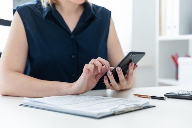 Hände der frauen, die das telefon anhalten Premium Fotos