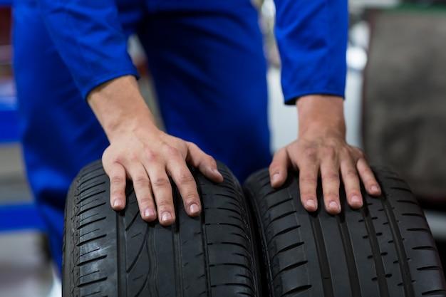 Hände der mechaniker berührend reifen Kostenlose Fotos