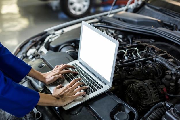 Hände der weiblichen mechaniker mit laptop Kostenlose Fotos