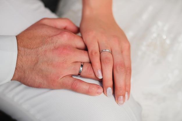 Hände des liebevollen paarbräutigams und -braut Premium Fotos
