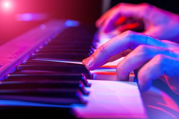Hände des musikers tastatur im konzert spielend Premium Fotos