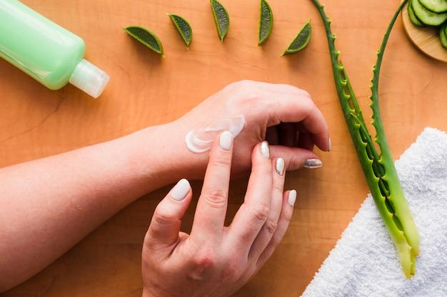 Hände, die aloe vera-creme auftragen Kostenlose Fotos