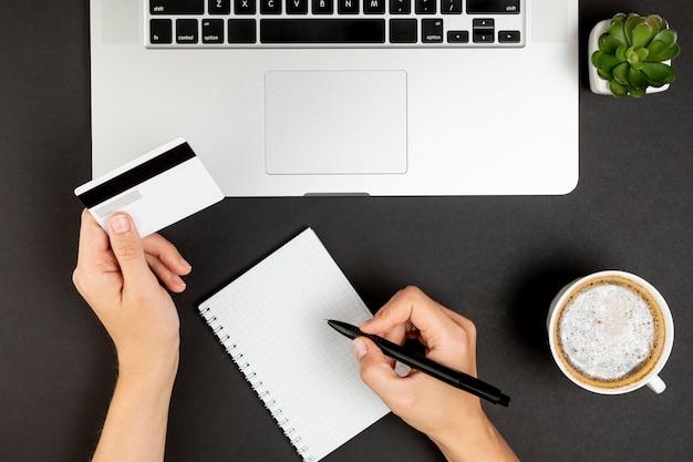Hände, die eine kreditkarte schreiben und halten Kostenlose Fotos