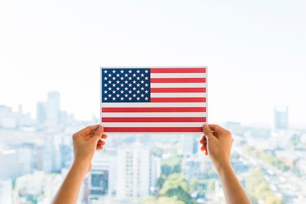Hände, die flagge von amerika halten Kostenlose Fotos