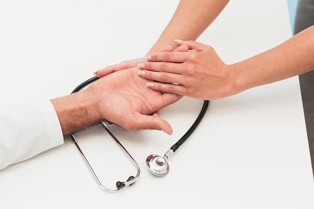Hände, die hände auf stethoskop berühren Kostenlose Fotos